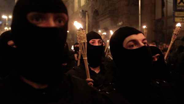 With their faces covered and carrying burning torches, Ukrainian nationalists attempt to march to Kiev's Independence Square to honor the so called Heavenly Hundred, the protesters who were killed in clashes with police in February 2014, in Kiev, Ukraine, Tuesday, April 29, 2014 - Sputnik France