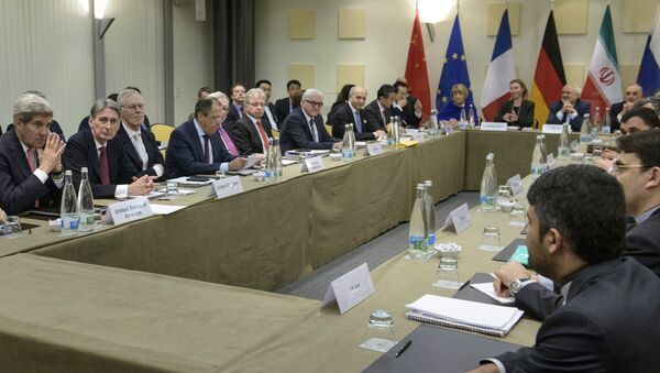 U.S. Secretary of State John Kerry (L), British Foreign Secretary Philip Hammond (2nd L), Russian Foreign Minister Sergei Lavrov (4th L), German Foreign Minister Frank Walter Steinmeier (7th L), French Foreign Minister Laurent Fabius (8th L) and Chinese Foreign Minister Wang Yi (9th L) wait with others before the start of a meeting with P5+1, European Union and Iranian officials at the Beau Rivage Palace Hotel in Lausanne - Sputnik France