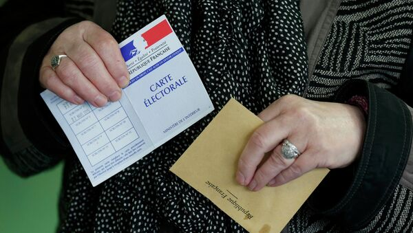 A woman prepares to cast her ballot at a polling station in Henin-Beaumont, northern France, March 29, 2015. France goes to the polls in a two-round departmental election for local officials on March 22 and March 29. - Sputnik France