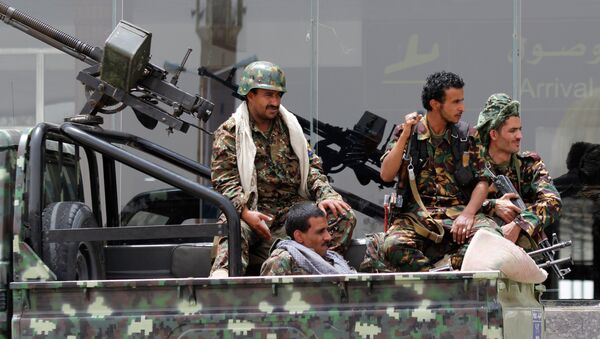 Shiite rebels, known as Houthis, wearing an army uniform, ride on an armed truck to patrol the international airport in Sanaa, Yemen, Saturday, March 28, 2015. - Sputnik France