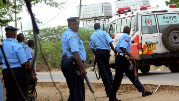 Kenyan police officers take positions outside the Garissa University College as an ambulance carrying the injured going to a hospital, during an attack by gunmen in Garissa, Kenya, Thursday, April 2, 2015. - Sputnik France