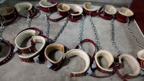 In this photo, reviewed by the US Military, aleg shackles pictured on the floor at Camp 6 detention center, at the US Naval Base, in Guantanamo Bay, Cuba - Sputnik France
