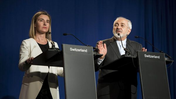 Iranian Foreign Minister Javad Zarif (R) delivers a statement, flanked by European Union High Representative for Foreign Affairs and Security Policy Federica Mogherini, at the Swiss Federal Institute of Technology in Lausanne on April 2, 2015 - Sputnik France