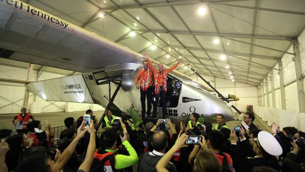 Swiss pilots Andre Borschberg (L) and Bertrand Piccard (R) of Solar Impulse 2, wave to the media after landing in Chongqing airport at 1:35 am (17:35 GMT Monday) after a 22-and-a-half hour flight from Myanmar, on March 31, 2015. - Sputnik France