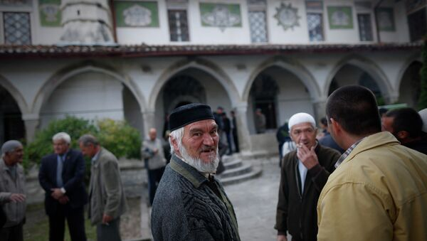 Crimean Tatars speak to each other after the prayer in a mosque marking the Eid al-Adha, celebrated by Muslims worldwide, in Bakhchisarai, Crimea - Sputnik France
