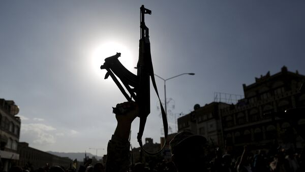 A follower of the Houthi group holds up his rifle as he demonstrates against the Saudi-led air strikes on Yemen, in Sanaa April 1, 2015. - Sputnik France