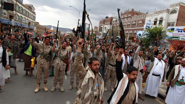 Shiite rebels, known as Houthis, hold up their weapons to protest against Saudi-led airstrikes, as they chant slogans during a rally in Sanaa, Yemen, Thursday, March 26, 2015 - Sputnik France