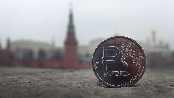A Russian ruble coin is pictured in front of the Kremlin in in central Moscow, on November 6, 2014 - Sputnik France