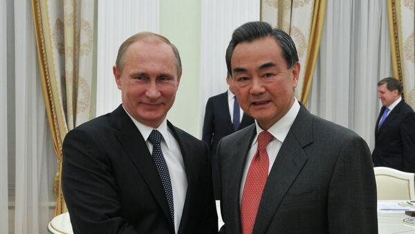 Президент Россиии Владимир Путин (слева) и министр иностранных дел Китая Ван И во время встречи в Кремле. - Sputnik France