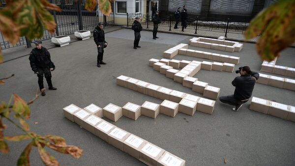 Boxes containing signatures of Ukrainian people in support of the referendum on Ukraine's accession to the NATO system of collective security, outside the President's Administration building. - Sputnik France