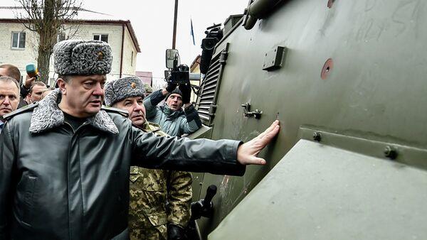 Ukraine's President Petro Poroshenko inspects a British Saxon military vehicle for its bullet proof capabilities at the National Guard Training Center in Novy Petrivtsy, Ukraine, Friday, Feb. 13, 2015 - Sputnik France