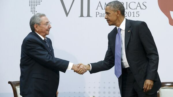 U.S. President Barack Obama shakes hands with Cuba's President Raul Castro as they hold a bilateral meeting during the Summit of the Americas in Panama City - Sputnik France