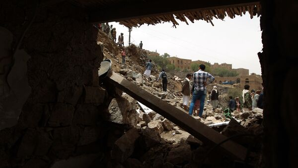 Yemenis inspect the rubble of destroyed houses in the village of Bani Matar, 70 kilometers (43 miles) West of Sanaa, on April 4, 2015 - Sputnik France