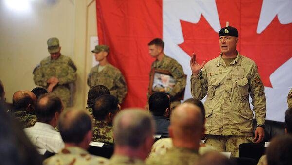 Brigadier General Dean Milner, Commander of Canadian forces in Afghanistan, speaks with soldiers after a handover ceremony to US forces at Kandahar airbase - Sputnik France