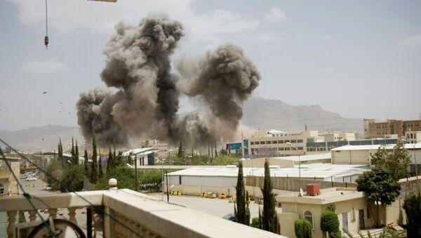 Smoke billows from a Saudi-led airstrike on Sanaa, Yemen, Wednesday, April 8, 2015 - Sputnik France