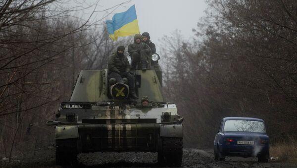 Ukrainian servicemen ride atop an armored vehicle with a Ukrainian flag, on the outskirts of Donetsk, Ukraine - Sputnik France