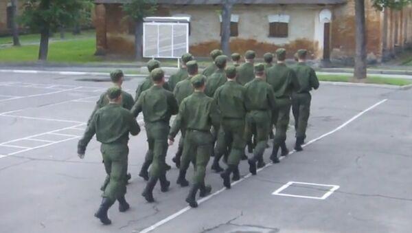 Des soldats russes marchent au son de Barbie Girl - Sputnik France