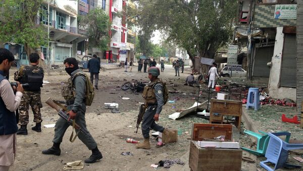 Afghan security forces members inspect the site of a suicide attack near a new Kabul Bank in Jalalabad, east of Kabul, Afghanistan, Saturday, April, 18, 2015. - Sputnik France
