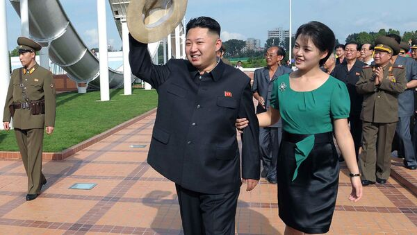 North Korean leader Kim Jong Un, center, accompanied by his wife Ri Sol Ju, right, waves to the crowd as they inspect the Rungna People's Pleasure Ground in Pyongyang - Sputnik France