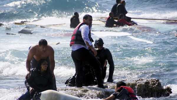Migrants, who are trying to reach Greece, are rescued by members of the Greek Coast guard and locals near the coast of the southeastern island of Rhodes April 20, 2015 - Sputnik France
