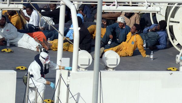 Survivors of an accident in which a fishing boat carrying migrants capsized off the Libyan coast, sit on the deck of the Italian Coast Guard vessel Bruno Gregoretti at Boiler Wharf, Senglea in Malta on April 20, 2015. - Sputnik France