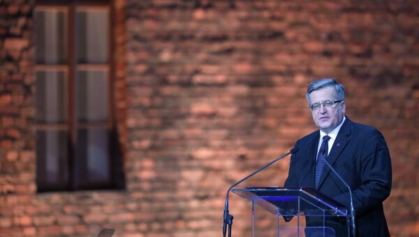 Poland's President Bronislaw Komorowski delivers a speech at a tent erected in front of the entrance of the former Nazi concentration camp Auschwitz-Birkenau during the main ceremony to mark the 70th anniversary of the liberation of the death camp on January 27, 2015 in Oswiecim, Poland. - Sputnik France