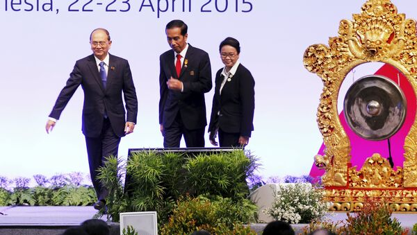 Myanmar's President Thein Sein, Indonesia's President Joko Widodo, and Indonesian Minister of Foreign Affairs Retno Marsudi walks after the opening ceremony of the Asian African Conference - Sputnik France