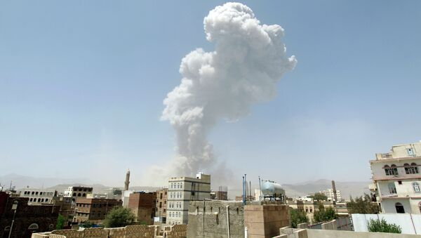 Smoke billows from the Faj Attan Hill following a reported airstrike by the Saudi-led coalition on an army arms depot, now under Huthi rebel control, on April 20, 2015, in Sanaa - Sputnik France
