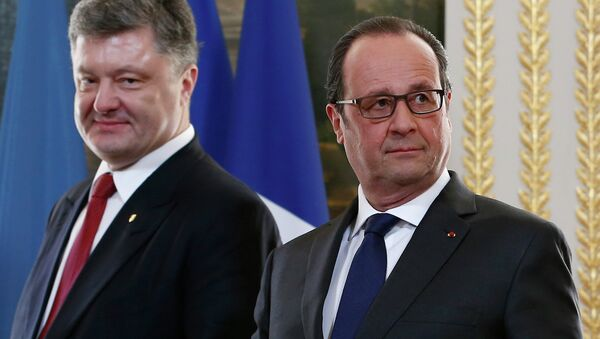 French President Francois Hollande (R) and Ukraine's President Petro Poroshenko (L) arrive for a diplomatic agreement signing ceremony after meeting at the Elysee Palace in Paris, April 22, 2015. REUTERS/Ian Langsdon/Pool - Sputnik France