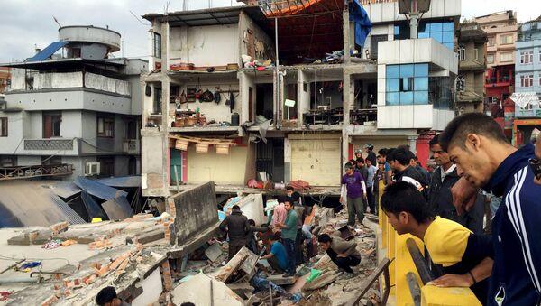 People survey a site damaged by an earthquake, in Kathmandu, Nepal - Sputnik France