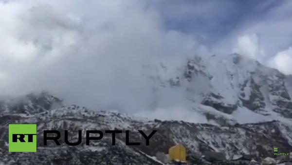 Népal: une avalanche épargne un camp d'alpinistes - Sputnik France