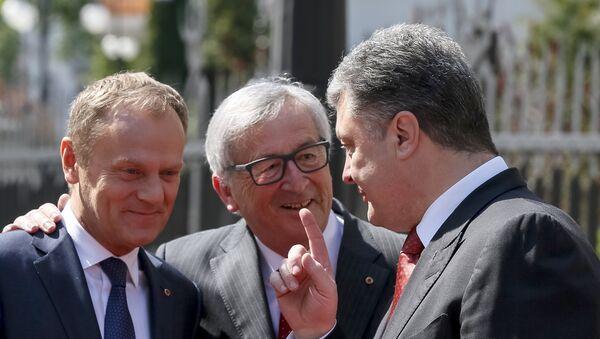 Ukrainian President Petro Poroshenko (R) gestures as he talks to European Commission President Jean Claude Juncker (C) and European Council President Donald Tusk before their meeting in Kiev April 27, 2015 - Sputnik France