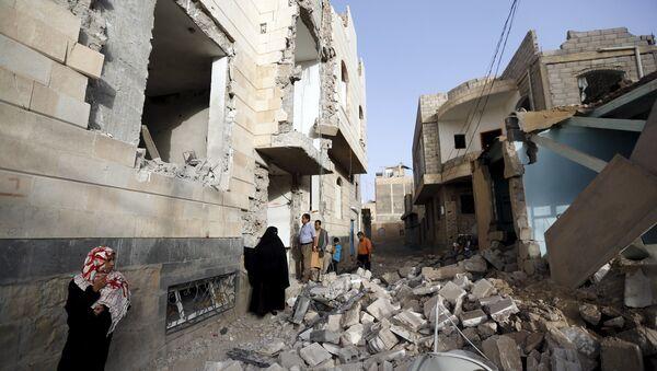People look at houses damaged by an air strike in Sanaa April 26, 2015. - Sputnik France