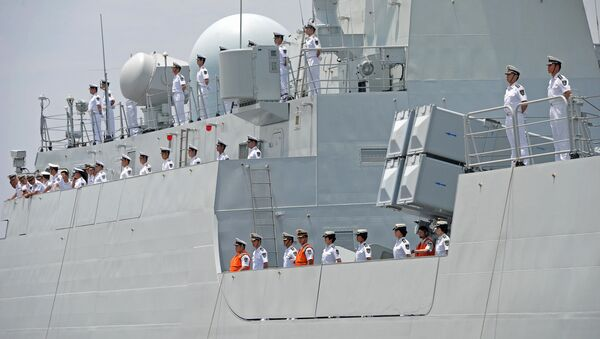 Crew members of Chinese Navy stand guard on the deck of Chinese navy ship Wei Fang - Sputnik France