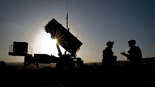 U.S. Soldiers with the 3rd Battalion, 2nd Air Defense Artillery Regiment talk after a routine inspection of a Patriot missile battery at a Turkish military base in Gaziantep, Turkey, Feb. 26, 2013. - Sputnik France
