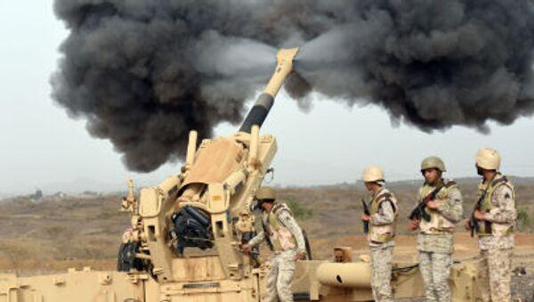 Саудовская армия артиллерийским огнем направляет снаряд в сторону Йемена с поста вблизи Саудовско-Йеменской границы - Sputnik France
