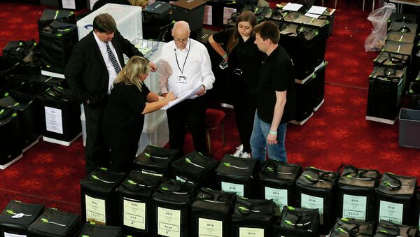 Vote count officials work during a delay in counting at Winter Gardens in Margate, southeast England, May 8, 2015. - Sputnik France