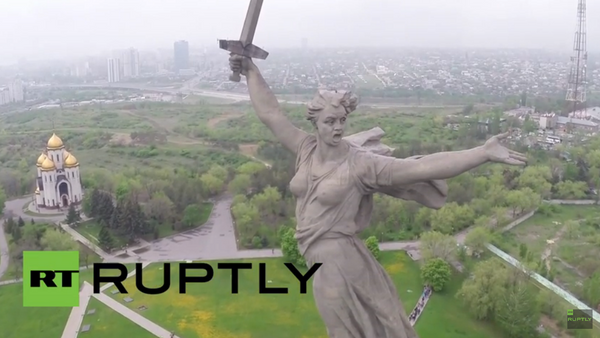 Monuments à la 2e GM: un drone survole La Mère-Patrie à Volgograd - Sputnik France