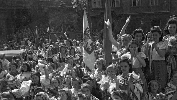 Население Праги приветствует советских воинов-освободителей - Sputnik France