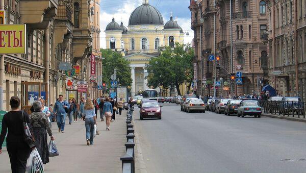 People walking along Liteiny Prospekt in St. Petersburg - Sputnik France