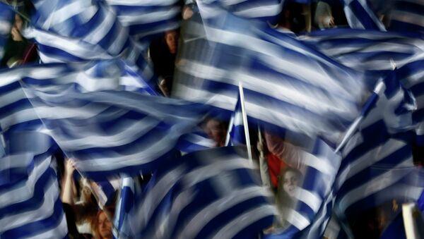 Supporters of Greece's Prime Minister Antonis Samaras wave Greek flags - Sputnik France