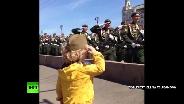 Moscou: un général en herbe passe en revue ses troupes - Sputnik France