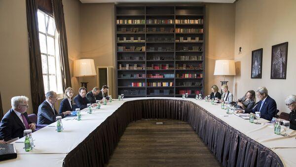 U.S. Secretary of State John Kerry and Russian Foreign Secretary Sergey Lavrov begin a bilateral meeting in Sochi - Sputnik France