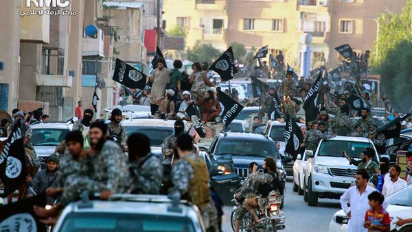 Fighters from the Islamic State group parade in Raqqa - Sputnik France