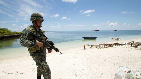 Filipino soldier Tychico Octobre patrols the shore of Pag-asa Island - Sputnik France