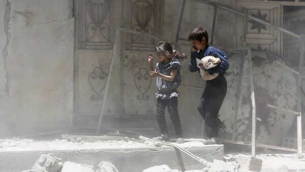 Children walk over rubble carrying a bag of bread after what activists said were airstrikes by warplanes loyal to Syria's President Bashar al-Assad in Erbeen, in the eastern Damascus suburb of Ghouta May 15, 2015 - Sputnik France