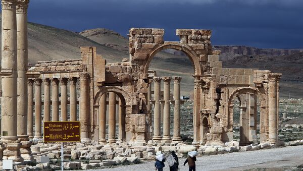 A file picture taken on March 14, 2014 shows Syrian citizens walking in the ancient oasis city of Palmyra, 215 kilometres northeast of Damascus. Islamic State (IS) group jihadists, who boast of having destroyed ancient sites in Iraq, threatened the ancient jewel of Palmyra, a UNESCO heritage site in the Syrian desert, on May 14, 2015 - Sputnik France