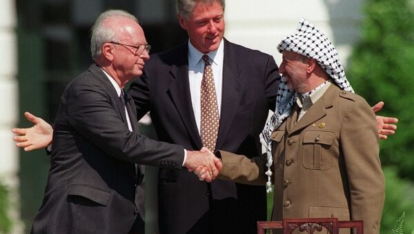 Israeli Prime Minister Yitzhak Rabin, left, and PLO chairman Yasser Arafat, right, shake hands as President Bill Clinton presides over the ceremony marking the signing of the 1993 peace accord between Israel and the Palestinians on the White House lawn, Sept. 13, 1993 - Sputnik France