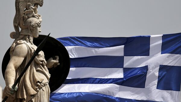 A Greek national flag flutters next to a statue of ancient Greek goddess Athena, in Athens May 21, 2015 - Sputnik France