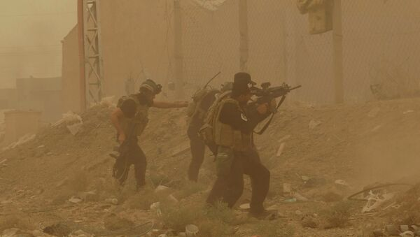Security forces defend their headquarters against attacks by Islamic State extremists during sand storm in the eastern part of Ramadi, the capital of Anbar province, 115 kilometers (70 miles) west of Baghdad, Iraq, Thursday, May 14, 2015 - Sputnik France